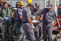 SÃO PAULO, SP, 19.08.2015 - EXPLOSÃO-SP - Bombeiros trabalham no resgate de uma vitima nos escombros de uma casa onde na manhã desta quarta-feira, 19, ocorreu uma explosão de botijão de gas na rua Coronel Carvalho de melo, zona leste. (Foto: Renato Mendes / Brazil Photo Press)