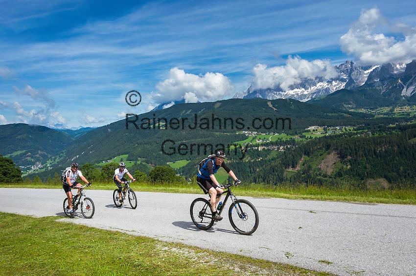 Austria, Styria, above Schladming: mountainbiker on panoramic road, at background Dachstein mountains | Oesterreich, Steiermark, oberhalb Schladming: Mountainbiker auf dem auf dem Panoramaweg, im Hintergrund das Dachsteinmassiv