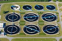 4415/Klaerwerk Hetlingen:EUROPA, DEUTSCHLAND, SCHLESWIG- HOLSTEIN 18.05.2004:Abwasser, Abwasserrohr, Klaeranlage, Klaerwerk, Rohr, Schaum, Schmutz, Verschmutzung, Wasser,  Abwasserreinigung,  Klaeranlage, Klaerbecken, Klaerschlamm, Klaerwerk, Wasser, Wasseraufbereitung, Klaerbecken, Klaerschlamm, Klaerwerk, Wasseraufbereitung, Aussenansicht, Gifte, Oekologie-Umwelt, Umwelt, Abwasseraufbereitung, Wasserbetriebe, Infrastruktur, Kommune, Privatisierung, Umweltschutz, Wasserreinigung, Entsorgerung, Entsorger, Anlage, Becken, Belebung, Wasserbelebung , Belebungsbecken, Bereich,  Brauchwasser, Entgasung, Entgasungszone, Industrie, Industrieanlage, Klaerung, Klaerwasserstation, Mechanik, Reinigung, Rueckstaende, Schaedlichkeit, Technik, Klaerschlammbehandlung, Klaerschlammverwertung, Abwasseranlage, Schlammbehandlungsanlage, Belebungsanlage, Schlammentwaesserung, Abwasserbehandlungsbecken, Luftaufnahme, Luftbild,  Luftansicht