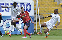BOGOTÁ -COLOMBIA-06-09-2014. Juan Gilberto Nuñez (Izq) y  Fram Pacheco (Der) jugadores de Fortaleza FC disputan el balón con Daniel Hernandez (C) jugador de nIndependiente Medellin por la fecha 8 de la Liga Postobón II 2014 jugado en el estadio Metropolitano de Techo en Bogotá./ Juan Gilberto Nuñez  (L) and Fram Pacheco (R) players of Fortaleza FC fight the ball with Daniel Hernandez (C) player of Independiente Medellin for the 8th date of Postobon League II 2014 played at Metropolitano de Techo stadium in Bogota. Photo: VizzorImage / Gabriel Aponte / Staff