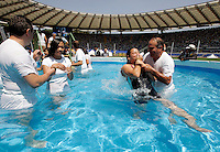 Testimoni di Geova partecipano al battesimo di massa durante il raduno internazionale allo stadio Olimpico di Roma, 8 agosto 2009..Congregateds take part to a mass baptism during the international meeting of Jehovah's Witnesses at Rome's Olympic Stadium, 8 august 2009..UPDATE IMAGES PRESS/Riccardo De Luca