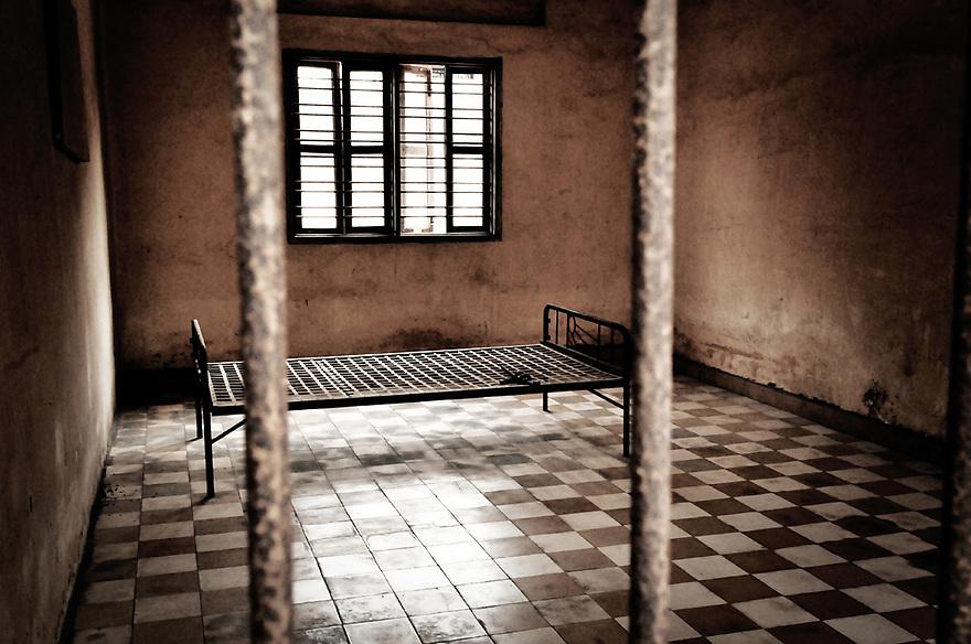 A.osnowycz/thereportage.com.15/03/2010.Phnom Penh, Cambodge..Entre 1975 et 1979 plus de 17 OOO personnes ont trouvé la mort, torturés et exécutées, hommes, femmes et enfants, dans cette ancien lycée de Phnom Penh, « Tuol Sleng », transformé par les khmers rouges en lieu d'extermination et rebaptisé du nom de S-21..Comble de l'horreur, tous avaient auparavant été photographiés et numérotés : retirer à ces hommes et à ses femmes tout ce qu'ils ont d'humain afin de plus facilement les exterminer, vulgaires « obstacles » dans la course effrénée et schizophrène que les dirigeants khmers rouges avaient entrepris le 17 avril 1975...La prison de Tuol Sleng, aujourd'hui transformée en musée est lourde d'émotions : Défilement des portraits d'innocents torturés, salles de tortures, geôles, instruments de torture, barbelés... Elle raconte l'histoire des milliers de victimes qui y ont trouvé la mort mais aussi celle de leurs bourreaux et de la folie dans laquelle le régime khmers rouge s'est engouffré.