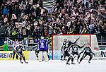 Solna 2014-03-16 Bandy SM-final herrar Sandvikens AIK - V&auml;ster&aring;s SK :  <br /> Sandvikens spelare jublar efter slutsignalen samtidigt som Sandvikens supportrar h&aring;ller upp skyltar p&aring; l&auml;ktaren<br /> (Foto: Kenta J&ouml;nsson) Nyckelord:  SM SM-final final herr herrar VSK V&auml;ster&aring;s SAIK Sandviken  jubel gl&auml;dje lycka glad happy supporter fans publik supporters
