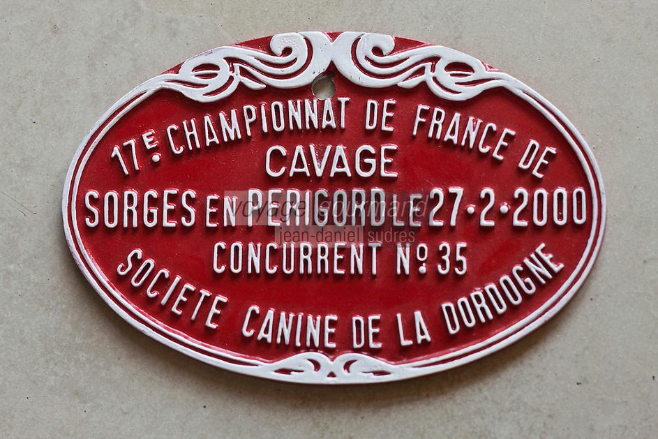 Europe/France/Aquitaine/24/Dordogne/Sorges: Musée de la Truffe, Sorges - Plaque  Championnat de Chiens truffier - Cavage _ Reproduction - Collection:  Musée de la Truffe, Sorges