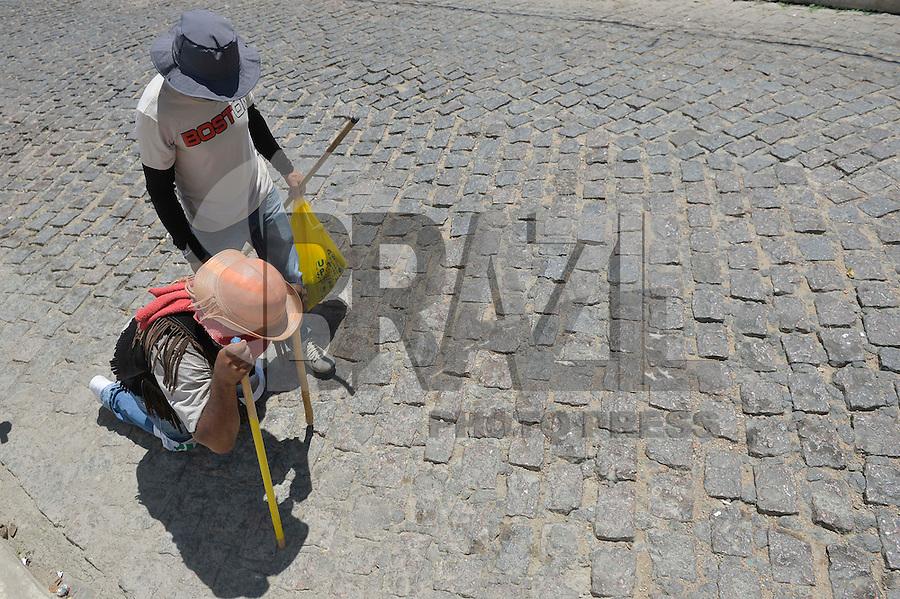 JUAZEIRO DO NORTE, CE, 31.10.2016 - ROMARIA DE PADRE CÍCERO - Romeiros caminham pela estrada do Horto, onde fica a Errstátua de Padre Cícero em Juazeiro do Norte, na tarde desta segunda-feira, 31, durante Romaria de Padre Cícero.  (Foto: Levi Bianco/Brazil Photo Press)