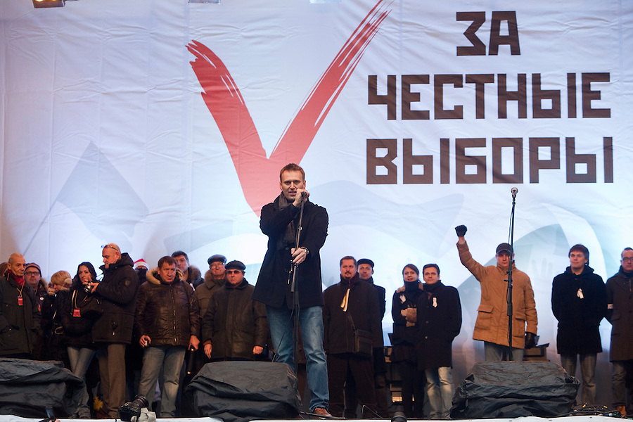 """Moscow, Russia, 24/12/2011..Russian blogger and political activist Alexei Navalny speaks to an estimated crowd of up to 100,000 gathered to protest against election fraud and Prime Minister Vladimir Putin in the largest anti-government demonstration in Russia since the collapse of the Soviet Union. The banner behind reads """"For Honest Elections""""."""