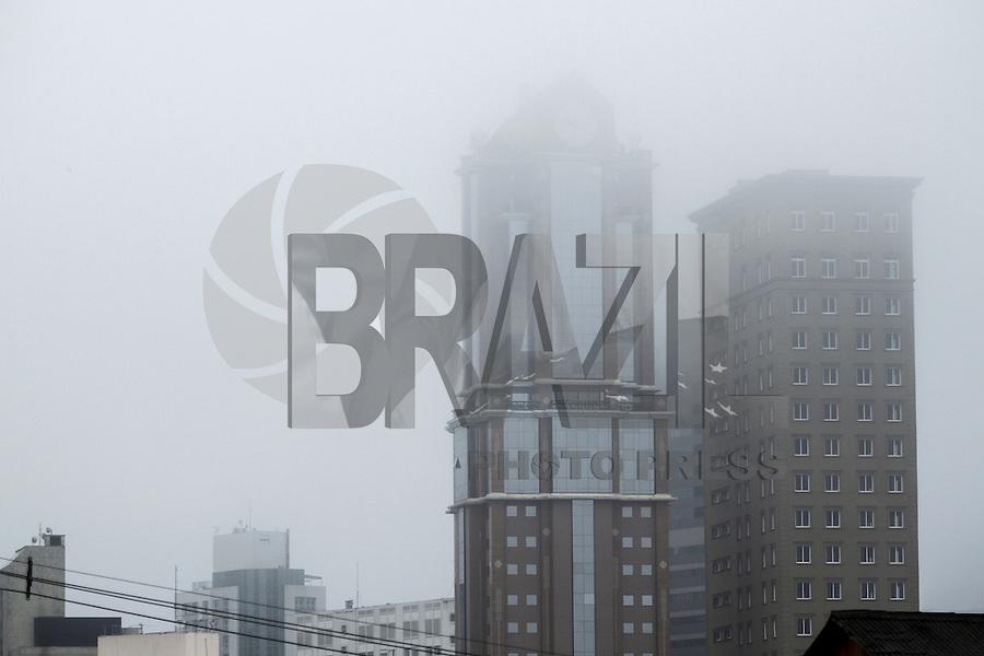 CURITIBA, PR, 06.06.2016 - CLIMA TEMPO-PR - Curitiba amanhace sob forte neblina e garoa nesta segunda-feira (06), região central da capital Paranaense. (Foto: Paulo Lisboa/Brazil Photo Press)