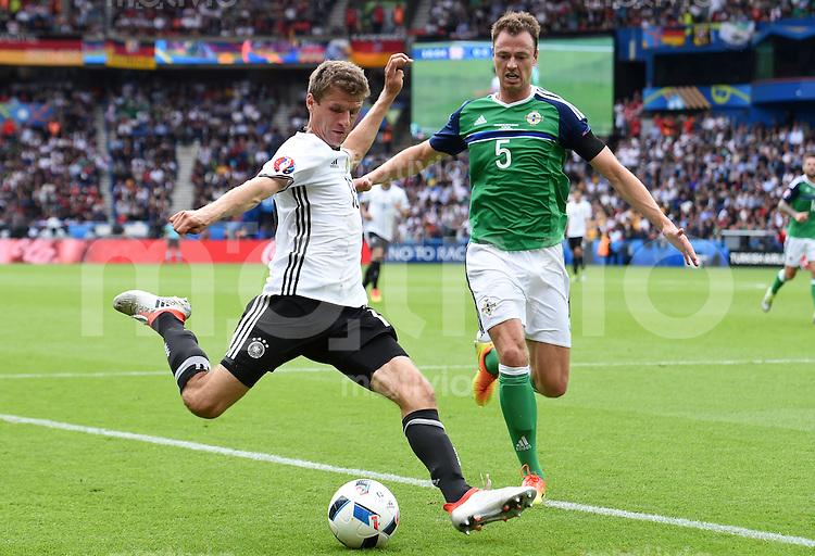 FUSSBALL EURO 2016 GRUPPE C IN PARIS Nordirland - Deutschland     21.06.2016 Thomas Mueller (li, Deutschland) gegen Jonny Evans (Nordirland)