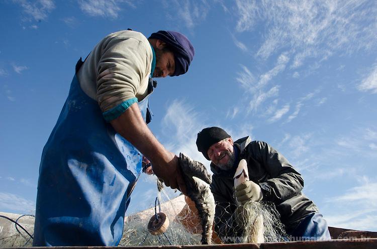 Colônia de pescadores Z16. Comunidade do Porto, em Santa Vitória do Palmar, no Rio Grande do Sul. Gelson e Saul pescam peixe-rei e pintados. A Z16 é a colônia localizada mais ao sul do Brasil.