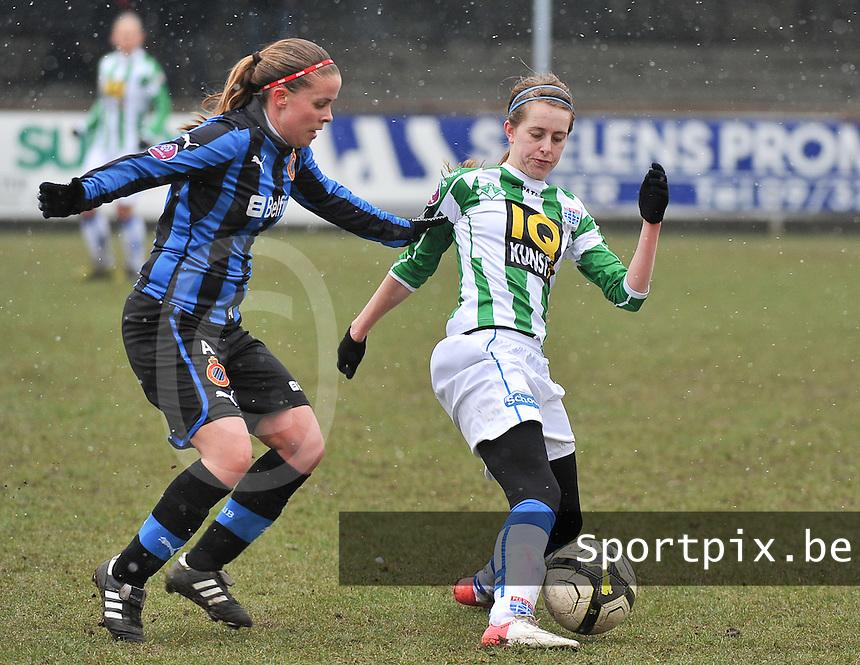 Club Brugge Dames - PEC Zwolle : Marianne van Brummelen aan de bal voor Nina Vindevoghel (links).foto DAVID CATRY / Vrouwenteam.be
