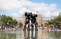 Nederland Amsterdam 2015 07 30 . Vijver op het Museumplein. In de vijver staat een kunstwerk van Kaws. Het kunstwerk Along the Way is onderdeel van de expositie ArtZuid