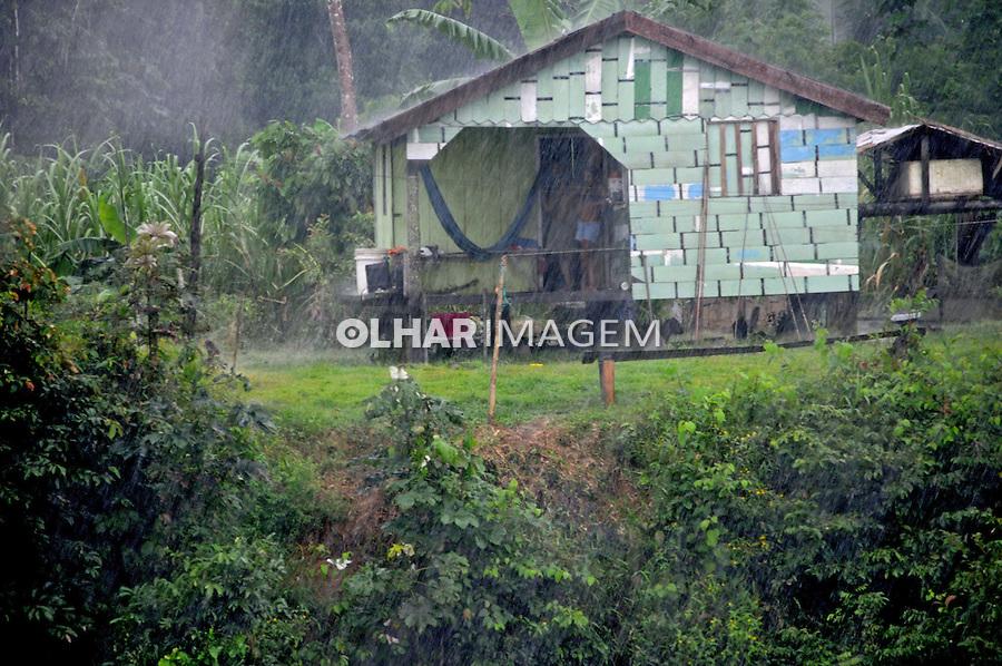Habitações palafitas no Rio Negro. Amazonas. 2008. Foto de Zaida Siqueira.