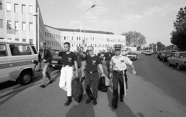 Neonazis versuchen Hess-Gedenken in Luxembourg.<br /> Mehrere dutzend Neonazis aus Deutschland versuchten am 13. August 1994 vor der Deutschen Botschaft in Luxembourg eine Kundgebung in Gedenken an den Hitlerstellvertreter Rudolf Hess abzuhalten. In Deutschland war ein Hess-Gedenken von den Behoerden verboten worden. Die Neonazis wurden nach wenigen Minuten von der Polizei festgenommen und in die Polizeiwache in Schengen verbracht. Von dort wurden sie nach einigen Stunden unter Polizeibegleitung nach Deutschland abgeschoben.<br /> Mitte mit erhobenem Arm: Dieter Riefling, FAP und Kameradschaft Recklinghausen.<br /> 13.8.1994, Schengen, Luxembourg<br /> Copyright: Christian-Ditsch.de<br /> [Inhaltsveraendernde Manipulation des Fotos nur nach ausdruecklicher Genehmigung des Fotografen. Vereinbarungen ueber Abtretung von Persoenlichkeitsrechten/Model Release der abgebildeten Person/Personen liegen nicht vor. NO MODEL RELEASE! Nur fuer Redaktionelle Zwecke. Don't publish without copyright Christian-Ditsch.de, Veroeffentlichung nur mit Fotografennennung, sowie gegen Honorar, MwSt. und Beleg. Konto: I N G - D i B a, IBAN DE58500105175400192269, BIC INGDDEFFXXX, Kontakt: post@christian-ditsch.de<br /> Urhebervermerk wird gemaess Paragraph 13 UHG verlangt.]