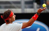 Lo spagnolo Rafael Nadal al servizio durante gli Internazionali d'Italia di tennis a Roma, 18 Maggio 2013..Spain's Rafael Nadal serves the ball during the Italian Open Tennis tournament ATP Master 1000 in Rome, 18 May 2013.UPDATE IMAGES PRESS/Isabella Bonotto