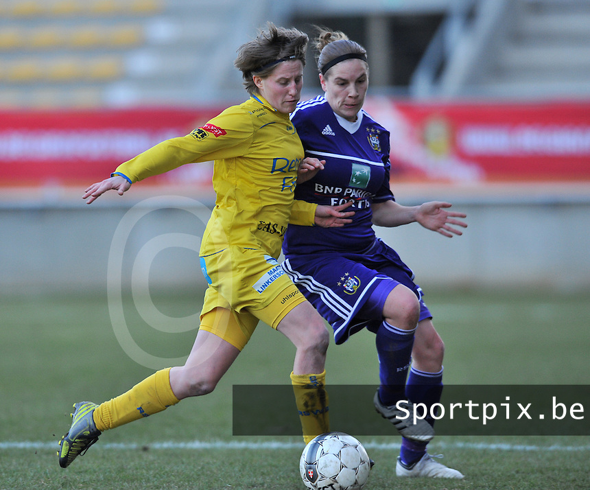Waasland Beveren Sinaai Girls - RSC Anderlecht : duel tussen Charlotte Van Wynsberghe (links) en Anne Puttemans.foto DAVID CATRY / Nikonpro.be