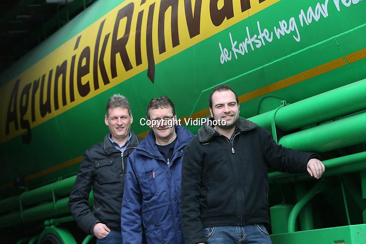 Foto: VidiPhoto<br /> <br /> DIDAM - Personeel van veevoederbedrijf AgruniekRijnvallei in Didam.