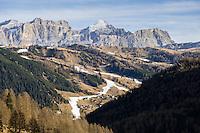 """Italy, South Tyrol (Trentino-Alto Adige), Val Badia, Colfosco: skiing is only possible due to many snow guns as here below above Colfosco   Italien, Suedtirol (Trentino-Alto Adige), Gadertal, Kolfuschg: Skifahren ist nur Dank der Schneekanonen moeglich, wie weisse Adern ziehen sich die Skipisten durch die """"winterliche"""" Berglandschaft"""