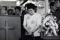 Janary and February 1986 were memorable days in the Philippines. The fall of dictator Ferdinand Marcos and the rise of the first so called democraticly chosen President Cory Aquino. Helped by the massive public support of People Power. Here Aquino in the church before the elections.