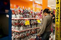 SAO PAULO, SP, 02.04.2015 - Buscas de última hora por ovos nas lojas de chocolates e supermercados nessa vépera de páscoa. Na região da paulista, no final da tarde dessa quinta 02.  ( Gabriel Soares/ Brazil Photo Press)