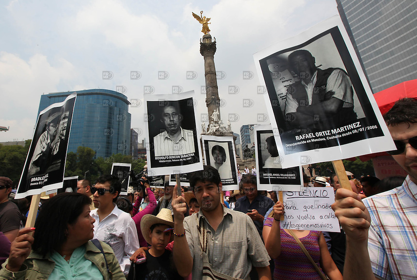 Un grupo de periodistas marcharón del Ángel de la Independecia al la Secretaría de gobernación para exigir los derechos a la libre expresión. NOTIMEX/FOTO/ALEJANDRO MELÉNDEZ/AMO/ACE/