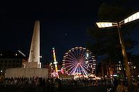 AMSTERDAM-HOLANDA. Monumento Nacional Dam, creado en recuerdo a las víctimas de la II Guerra Mundial, inaugurado en 1956. Al fondo una rueda panorámica. Dam National Monument is a 1956 II world Ward casualties remembrance, launched in 1956. In the backround a ferris wheel. Photo: VizzorImage/STR