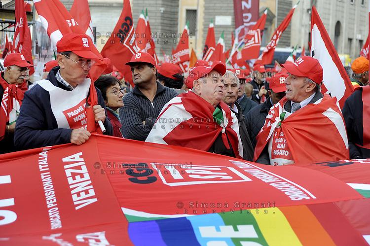 """Roma, 28 Ottobre 2011.Piazza del Popolo.Manifestazione nazionale SPI CGIL.Sindacato pensionati contro il governo.""""nessun dorma""""."""