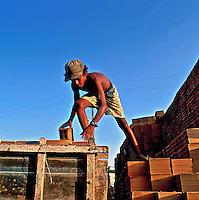 Criança trabalhando em construção. Aracajú, Sergipe. 1988. Foto de Salomon Cytrynowicz...