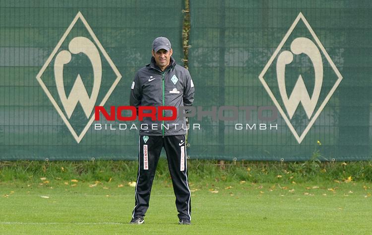 15.09.2013, Trainingsgelaende, Bremen, GER, 1.FBL, Training Werder Bremen, im Bild Robin Dutt (Trainer Werder Bremen)<br /> <br /> Foto &not;&copy; nph / Frisch