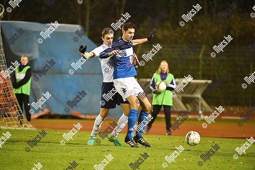 2016-11-26 / Voetbal / Seizoen 2016-2017 / FC Turnhout - Betekom / Jelle Schijvenaars (Turnhout) met Bruno Duarte Arjonas in de rug<br /> <br /> ,Foto: Mpics.be