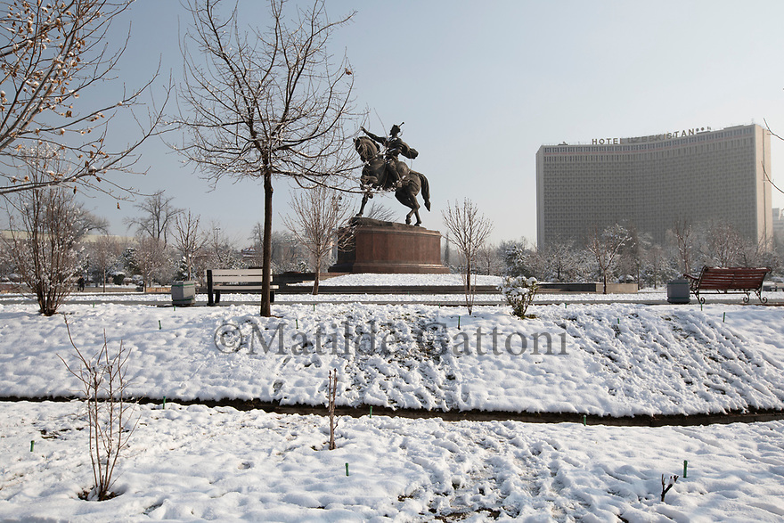 Uzbekistan - Tashkent - A statue of Amir Timur (Tamerlane) stands in the center of Amir Timur Square, on the right side the old Hotel Uzbekistan built during the Soviet era can be seen. <br />