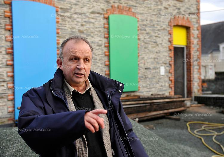 Claude-Henri Selles, Directeur des Affaires Culturelles de Trélazé, devant le futur musée d'Art Comtemporain construit sur le lieu des anciennes écuries des ardoisières.