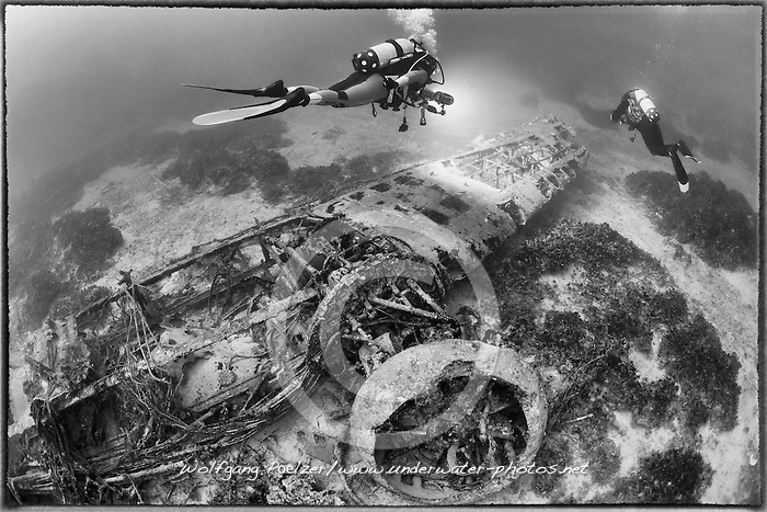 Schiffswrack Bristol Bomber vom 2. Weltkrieg und Taucher, Schwarzweiss Aufnahme, Shipwreck Bristol Bomber from 2nd worldwar and Scuba diver, black and white, Malta