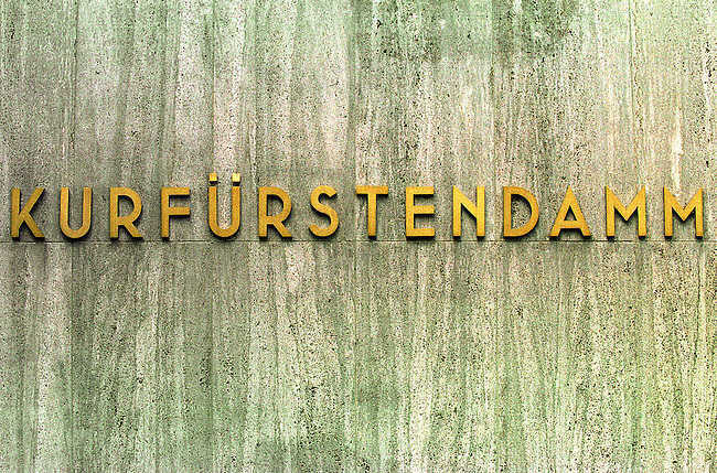 Kurfuersten Damm in Berlin-Charlottenburg.<br /> 26.06.2001, Berlin<br /> Copyright: Christian-Ditsch.de<br /> [Inhaltsveraendernde Manipulation des Fotos nur nach ausdruecklicher Genehmigung des Fotografen. Vereinbarungen ueber Abtretung von Persoenlichkeitsrechten/Model Release der abgebildeten Person/Personen liegen nicht vor. NO MODEL RELEASE! Nur fuer Redaktionelle Zwecke. Don't publish without copyright Christian-Ditsch.de, Veroeffentlichung nur mit Fotografennennung, sowie gegen Honorar, MwSt. und Beleg. Konto: I N G - D i B a, IBAN DE58500105175400192269, BIC INGDDEFFXXX, Kontakt: post@christian-ditsch.de<br /> Bei der Bearbeitung der Dateiinformationen darf die Urheberkennzeichnung in den EXIF- und  IPTC-Daten nicht entfernt werden, diese sind in digitalen Medien nach &sect;95c UrhG rechtlich geschuetzt. Der Urhebervermerk wird gemaess &sect;13 UrhG verlangt.]
