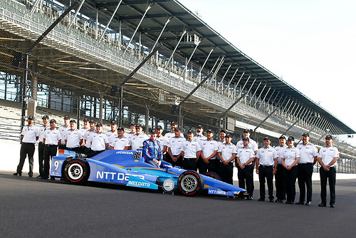 Verizon IndyCar Series<br /> Indianapolis 500 Qualifying<br /> Indianapolis Motor Speedway, Indianapolis, IN USA<br /> Monday 22 May 2017<br /> Scott Dixon, Chip Ganassi Racing Teams Honda poses for front row photos with the Honda engineering staff<br /> World Copyright: Phillip Abbott<br /> LAT Images<br /> ref: Digital Image abbott_indyQ_0517_21684