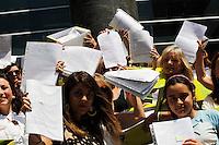 Oltre 20mila lettere sono state spedite da docenti , personale ATA e studenti, al presidente della repubblica Sergio Mattarella per chiedere l'istituzione di un referendum abrogativo della legge la buona scuola Piu' di 20mila richieste di un referendum abrogativo della legge 'La buona scuola'<br /> nella foto una rappresentanza dei promotori con i plichi da spedire , all'ingresso della Posta Centrale di Napoli