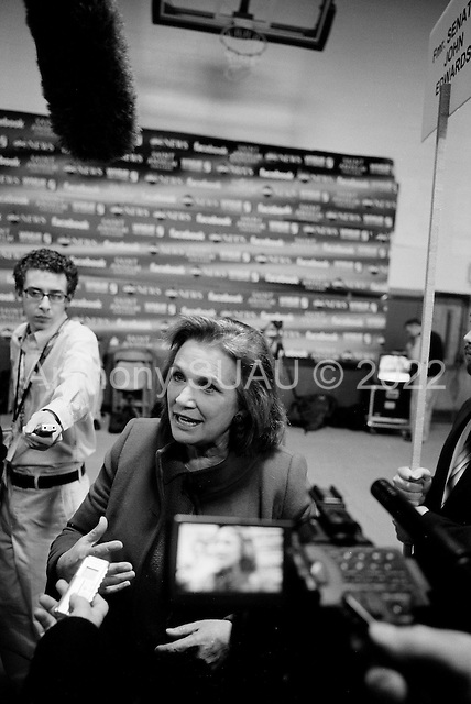Manchester, New Hampshire.January 5, 2008..The spin room after the debates with first the Republicans and then the Democrats at Aselm College. ..Elizabeth Edwards comes on to the spin room floor to address journalists.