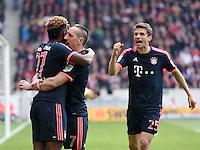 Fussball  1. Bundesliga  Saison 2015/2016  29. Spieltag  VfB Stuttgart  - FC Bayern Muenchen    09.04.2016 Jubel FC Bayern Muenchen; David Alaba (li) umarmt Franck Ribery; Thomas Mueller (re)