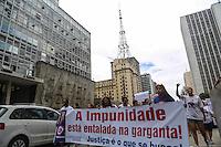 SAO PAULO, SP, 17 FEVEREIRO 2013 - ATO CONTRA VIOLENCIA -  Familiares de jovens assassinados nos últimos anos em assaltos, latrocínios, brigas e outras formas de violência, durante ato na Avenida Paulista em São Paulo neste domingo, 17. (FOTO: WILLIAM VOLCOV / BRAZIL PHOTO PRESS).