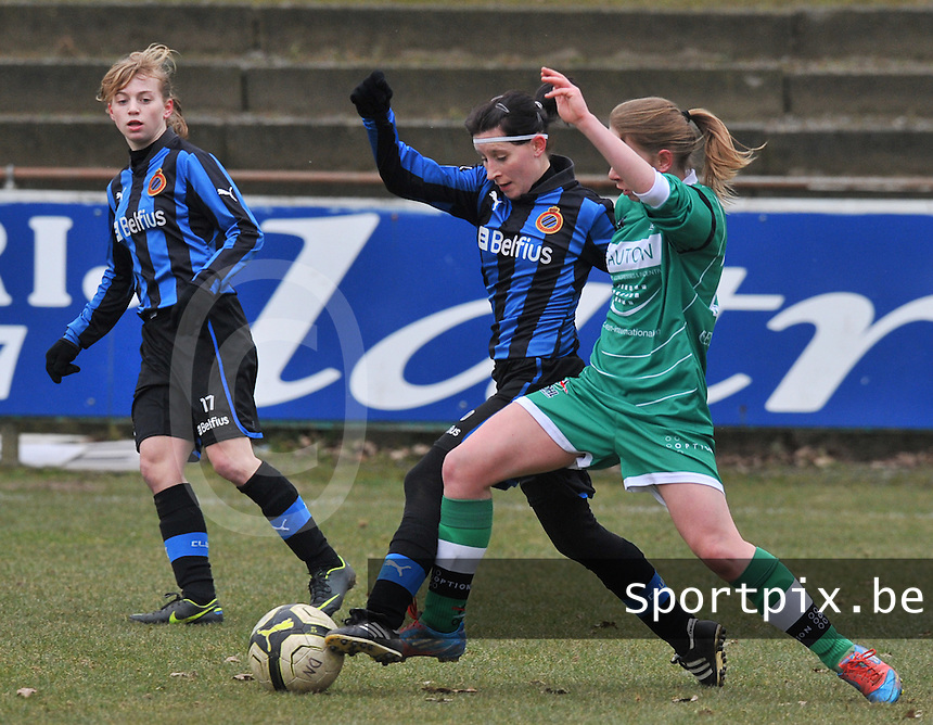 Club Brugge Dames - OHL Oud Heverlee Leuven : Lies Van Hamme in duel met Lotte Michiels.foto DAVID CATRY / Vrouwenteam.be