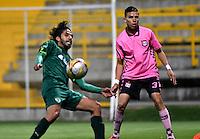 BOGOTA - COLOMBIA -21 -10-2016: Fabian Vargas (Izq.) jugador de La Equidad disputa el balón con Jhon Peña (Der.) jugador de Boyaca Chico FC, durante partido entre La Equidad y Boyaca Chico FC, por la fecha 17 de la Liga Aguila II-2016, jugado en el estadio Metropolitano de Techo de la ciudad de Bogota. / Fabian Vargas (L) player of La Equidad vies for the ball with Jhon Peña (R) player of Boyaca Chico FC, during a match La Equidad and Boyaca Chico FC, for the  date 17 of the Liga Aguila II-2016 at the Metropolitano de Techo Stadium in Bogota city, Photo: VizzorImage  / Luis Ramirez / Staff.