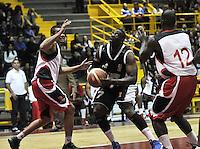 BOGOTA - COLOMBIA - 26-02-2013: Jeff Jahnbullen (Der.) de Piratas de Bogotá, disputa el balón con José Baquero (Izq.) de Halcones de Cúcuta, febrero 26 de 2013. Piratas y Halcones en cuarta fecha de  la Liga Directv Profesional de baloncesto en partido jugado en el Coliseo El Salitre. (Foto: VizzorImage / Luis Ramírez / Staff). Jeff Jahnbullen (L) of Piratas from Bogota, fights for the ball with Jose Baquero(R) of Halcones from Cucuta, February 26, 2013. Pirates and Halcones in the fourth match the Directv Professional League basketball, game at the Coliseum El Salitre. (Photo: VizzorImage / Luis Ramirez / Staff). .