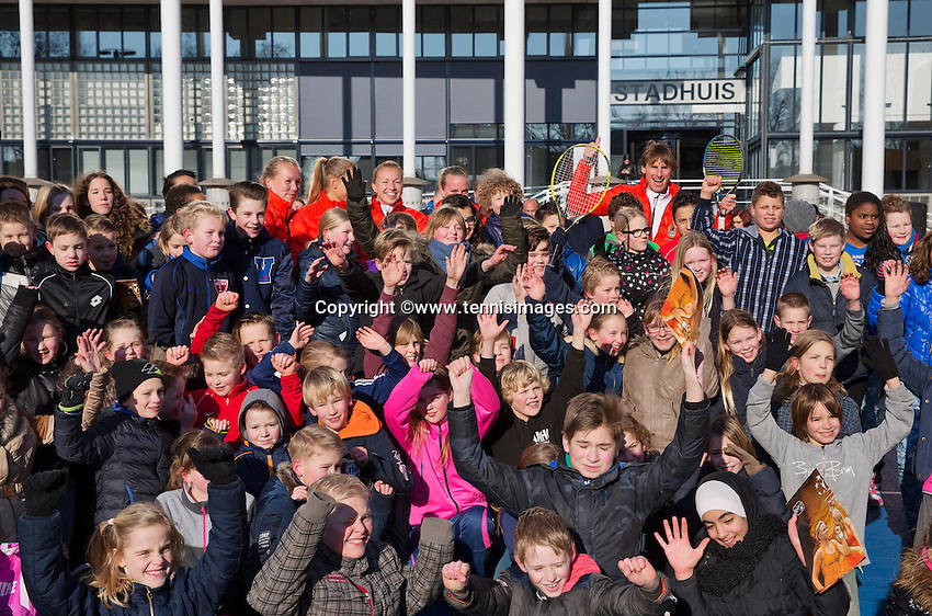 Februari 06, 2015, Apeldoorn, Omnisport, Fed Cup, Netherlands-Slovakia, Draw, Cityhall, streettennis with  Fed Cup team<br /> Photo: Tennisimages/Henk Koster