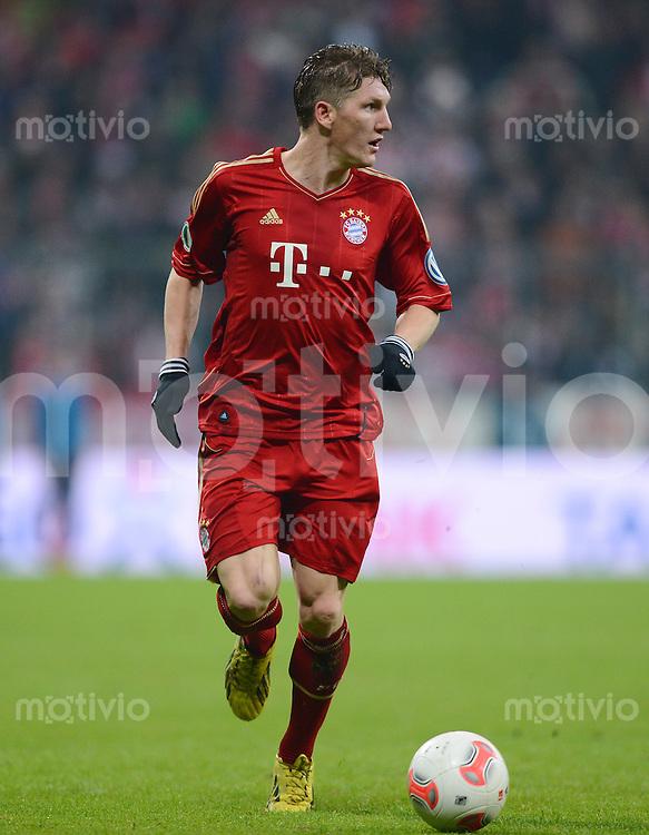 FUSSBALL  DFB-POKAL  VIERTELFINALE  SAISON 2012/2013    FC Bayern Muenchen - Borussia Dortmund       27.02.2013 Bastian Schweinsteiger (FC Bayern Muenchen) am Ball