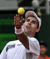 BOGOTA - COLOMBIA -07 -11-2013: Santiago Giraldo, tenista colombiano, se prepara para servir durante partido de la segunda ronda del Seguros Bolivar Open en el Club Campestre el Rancho de la ciudad de Bogota. / Santiago Giraldo Colombian tennis player prepares to serve during a match for the second round of the Seguros Bolivar Open in the Club Campestre El Rancho in Bogota city.Photo: VizzorImage  / Luis Ramirez / Staff.