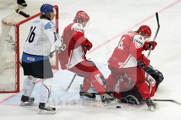 08.05.2010, Lanxess Arena, Koeln, GER, 74. IIHF WM, Gruppe D, Finnland ( FIN ) vs Daenemark ( DEN ) im Bild: Jussi JOKINEN ( FIN / Carolina #36 ) / Stefan LASSEN ( DEN #6 )  / Mads BODKER ( DEN #4 ) / Frederik ANDERSON ( DEN #30 GOALKEEPER ) Foto © nph /  Florian Mueller