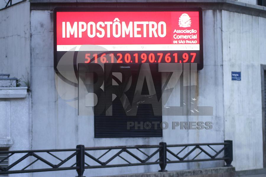 SÂO PAULO, SP, 06 DE ABRIL DE 2012 – IMPOSTOMETRO – Arrecadação de impostos ultrapassa a marca de R500 bilhoes de reais, segundo o Impostômetro da Associação Comercia de São Paulo, localizado na zona central da cidade. . FOTO: DENIS OLIVEIRA / BRAZIL PHOTO PRESS.