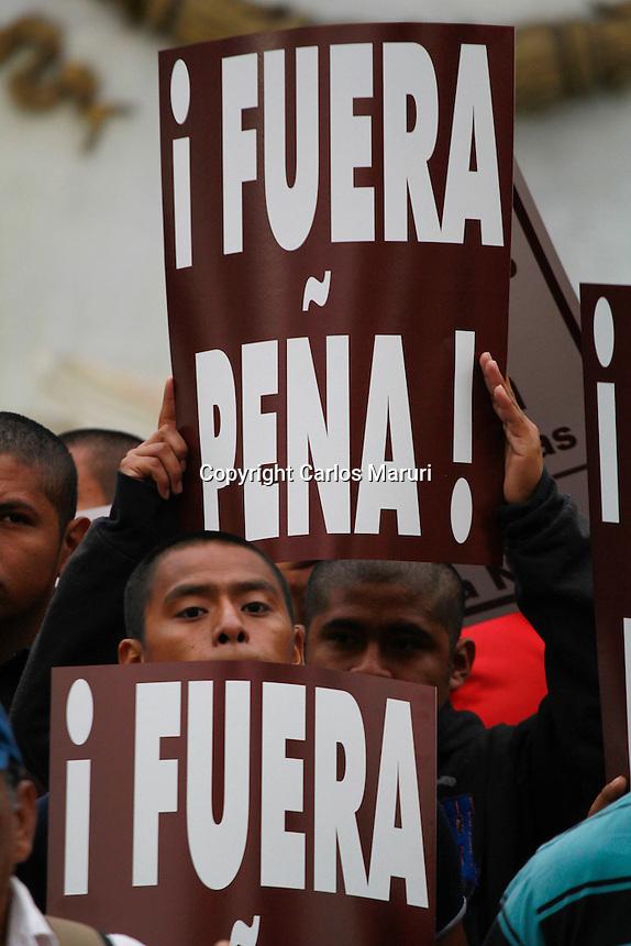 """México DF 26/Octubre/2015.<br /> A Un Año un Mes de la desaparición de los 43 Jóvenes Estudiantes de la Normal Rural """"Raúl Isidro Burgos"""" de Ayotzinapa Guerrero, padres y madres dieron una lectura del mensaje a la opinión pública a medios de comunicación en el Hemiciclo a Juárez.<br /> En dicha lectura dieron cinco puntos de lo que le exigen al gobierno federal.<br /> 1-Que de forma inmediata presente con vida a nuestros 43 hijos y compañeros.<br /> 2-Castigo a los responsables materiales e intelectuales de la ejecución extrajudicial de tres y la desaparición de43 de nuestros hijos y compañeros.<br /> 3-Que cese la criminalización y descalificación en contra de los estudiantes de Ayotzinapa y padres de familia.<br /> 4-Que se cumplan los 10 puntos del convenio de colaboración firmado por el estado mexicano y el grupo interdisciplinario de expertos independientes (GIEI) en la audiencia llevada a cabo ante, La Comisión Interamericana de derechos Humanos (CIDH) en Washington D.C el día 20 de este mes y año.<br /> 5-Que se cumplan todas y cada una de las recomendaciones generales y específicas realizadas en el informe del (GIEI)."""