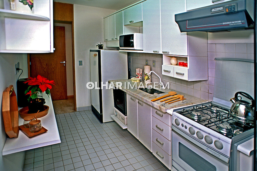 Cozinha de apartamento, Plano 100. SP. Foto de Manuel Lourenço.