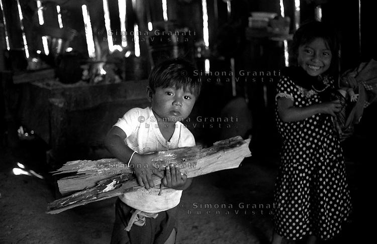 Messico, Chiapas, La Realidad.Comunità indigena Zapatista.Bambini in casa.Mexico, Chiapas, La Realidad.Children at home.Zapatista indigenous communities
