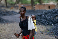 ZAMBIA, Sinazese, village Nkandabbwe, chinese Collum coal mine, villager were moved out and have lost their farms, some villager collect coal in abandoned mine for income generation / SAMBIA, Sambia, Sinazese, Dorf Nkandabbwe, Dorfbewohner mußten der chinesischen Collum Kohlemine weichen und wurden umgesiedelt, Dorfbewohner holen selbst Kohle aus einem verlassenen Kohletagebau zum Verkauf, da sie ihre Felder verloren haben